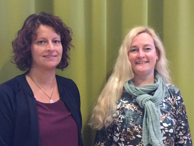 Marie Eriksson och Ingela Högborg. Marie är brunhårig och bär lilablå kläder. Ingela är blond och bär blommiga kläder och en grågrön scarf.