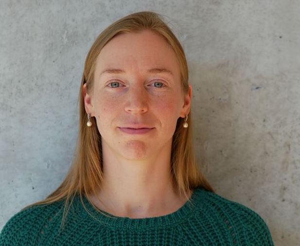Profilbild på Mia Stiernman. Mia har långt cendréfärgat hår och bär en grön tröja.